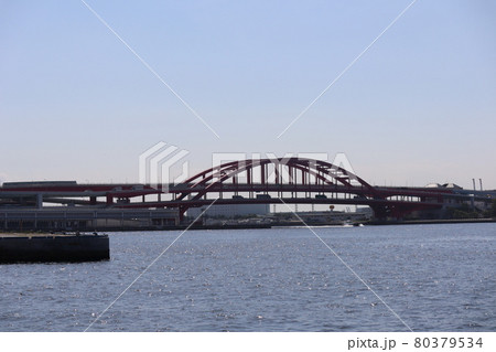 モノレールや車の通る赤い橋とキラキラ光る海面の海の見える風景 80379534