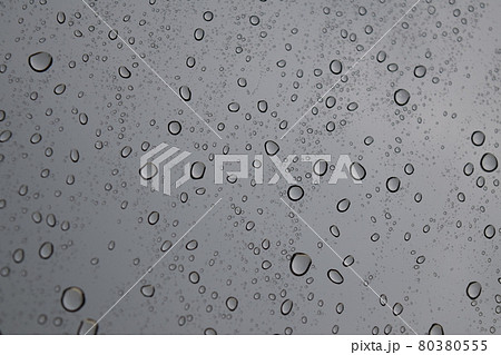 窓についた雨粒 80380555