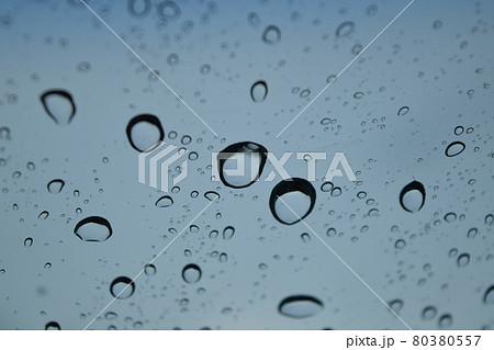 窓についた雨粒 80380557