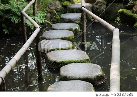 竹製の手すりのついた飛び石の橋のある風景 80387639