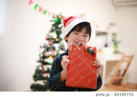 クリスマスプレゼントを持つ男の子 80396750