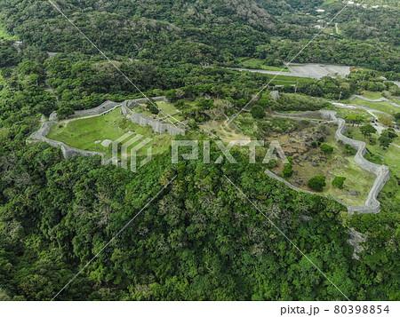 沖縄の世界遺産、今帰仁城の空撮写真 80398854