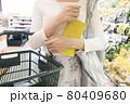 スーパーを買い物をする若い女性手元 買い物イメージ 80409680