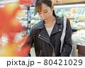 スーパーを見て回る若い女性 買い物イメージ 80421029