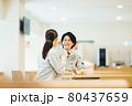 社員食堂でランチを食べる作業服の男女スタッフ 撮影協力「LINK FOREST」 80437659