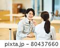 社員食堂でランチを食べる作業服の男女スタッフ 撮影協力「LINK FOREST」 80437660