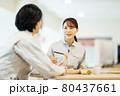 社員食堂でランチを食べる作業服の男女スタッフ 撮影協力「LINK FOREST」 80437661