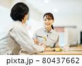 社員食堂でランチを食べる作業服の男女スタッフ 撮影協力「LINK FOREST」 80437662
