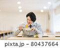 社員食堂でランチを食べる作業服の男性社員 撮影協力「LINK FOREST」 80437664