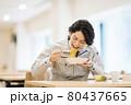 社員食堂でランチを食べる作業服の男性社員 撮影協力「LINK FOREST」 80437665