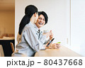 社員食堂で休憩する作業服の男女スタッフ 撮影協力「LINK FOREST」 80437668