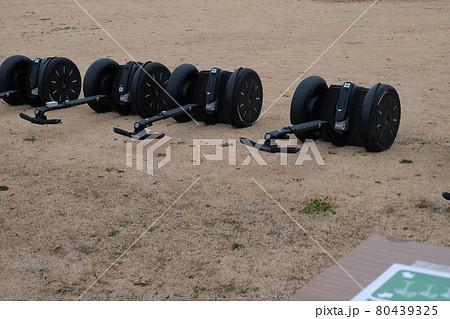 芝生に置かれた3台のセグウェイ 80439325