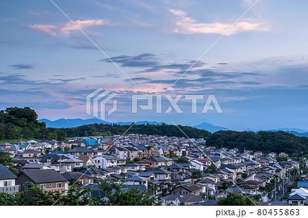 《東京都》夕暮れの住宅街・東京郊外 80455863
