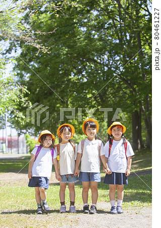 ランドセルを背負って通学する子どもたち 80461227