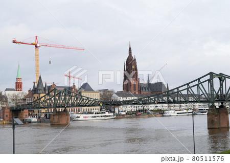 レーマー広場と鉄の橋(ドイツ・フランクフルト) 80511576