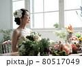 花に囲まれる花嫁 ブライダルイメージ ウェディングドレス 80517049