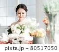 花に囲まれる花嫁 ブライダルイメージ ウェディングドレス 80517050