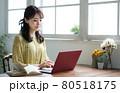 部屋でノートパソコンを使う女性 80518175