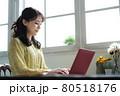 部屋でノートパソコンを使う女性 80518176