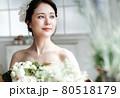花に囲まれる花嫁 ブライダルイメージ ウェディングドレス 80518179