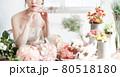 花に囲まれる花嫁 ブライダルイメージ ウェディングドレス 80518180