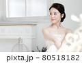 ブライダルイメージ ウェディングドレスを着た花嫁 80518182