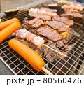 牛肉・焼き鳥・フランクフルトのバーベキュー 80560476