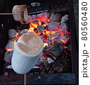 バーベキューでの大きな焼きマシュマロ 80560480