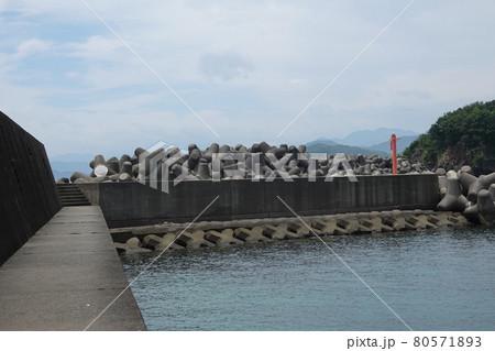 東牟岐港に積み上げられた消波ブロック 80571893