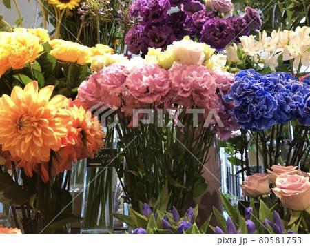 花瓶に生けられたカラフルな夏の花 80581753