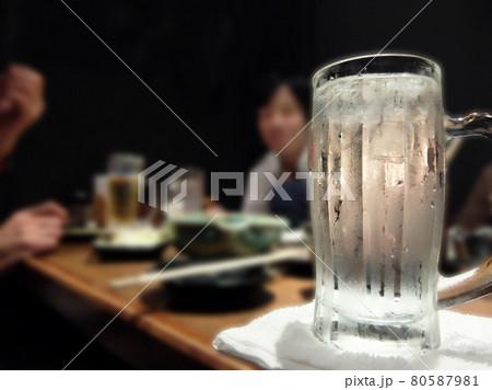 焼酎の入ったジョッキと飲み会のテーブル 80587981