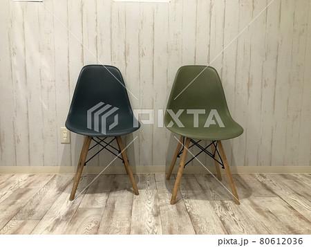 白い壁とフローリングの部屋に置かれたシックでレトロポップな椅子、チェアー 80612036