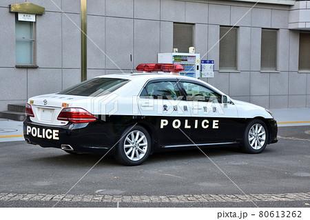 東京オリンピックの警備にあたる愛媛県警の白黒パトカー 80613262