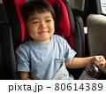 チャイルドシートでご満悦な3歳児 80614389
