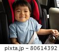 チャイルドシートでご満悦な3歳児 80614392