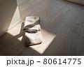 新築マンションのリビングの床に置かれているカーテン 80614775