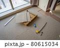 新築マンションのリビングの床にタイルカーペットを敷き込む 80615034