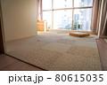 新築マンションのリビングの床にタイルカーペットを敷き込む 80615035