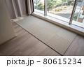 新築マンションのリビングの床にタイルカーペットを敷き込む 80615234
