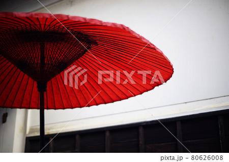 滋賀・永源寺の白壁をバックに配された赤い番傘 80626008