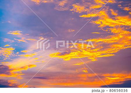 大空に描かれた夕日に染まる雲の祭典 80656036