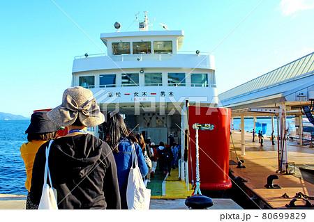 【香川】秋の女木島 男木島へ向かうフェリーへ乗船する人々 80699829