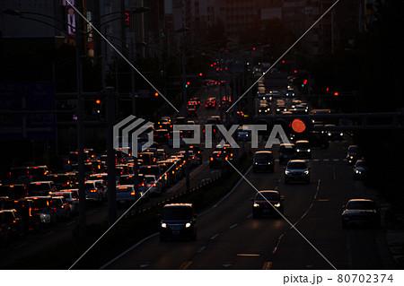 夕方の名古屋市の街の渋滞ラッシュの様子 80702374