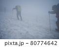 谷川岳登山の風景、雪渓 80774642