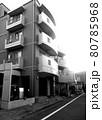 三階建てマンション モノクロ 80785968