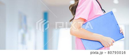 廊下を歩く若い医療従事者 撮影協力:中央工学校附属日本語学校 80793016