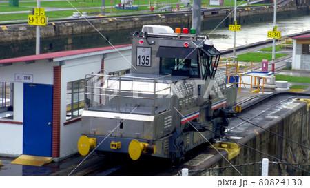 パナマ運河のペドロ・ミゲル閘門で船を牽引する気動車,パナマ共和国 80824130
