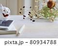 秋ボタニカルのデスクにノートとスマートフォンとペン 80934788