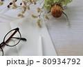 秋ボタニカルのデスクにノートとペン 80934792