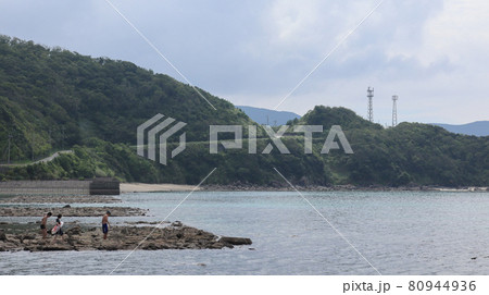 鹿児島の新世界遺産、南西諸島・奄美大島の綺麗な海で遊ぶ人たち 80944936